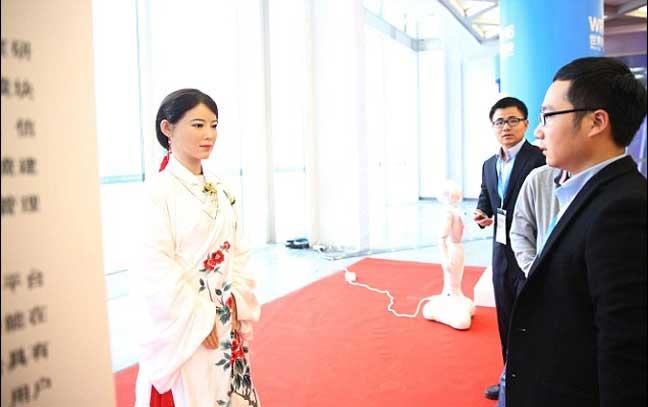 """""""جيا جيا"""" المدهشة في مؤتمر الروبوتات العالمي بالصين"""