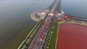 """""""بحر الصين الميت"""" يصطبغ بلون الدم"""