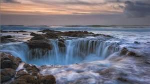 حفرة هائلة ومذهلة تبتلع مياه المحيط الهادئ