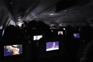 لماذا تُخفف الإضاءة في الطائرة عند الإقلاع والهبوط؟