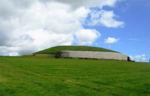 """نور الشمس يغمر قبرا ايرلنديا قديما """"المعلم الخرافي"""""""