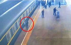 فيديو مروع لطفلة تسقط من منصة سكة الحديد