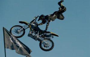 القفزة بدراجة نارية على شاحنتين متحركتين