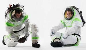 أحذية ذكية وبزات لرواد الفضاء