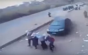 سيارة تقتل وتصيب 10 طالبات