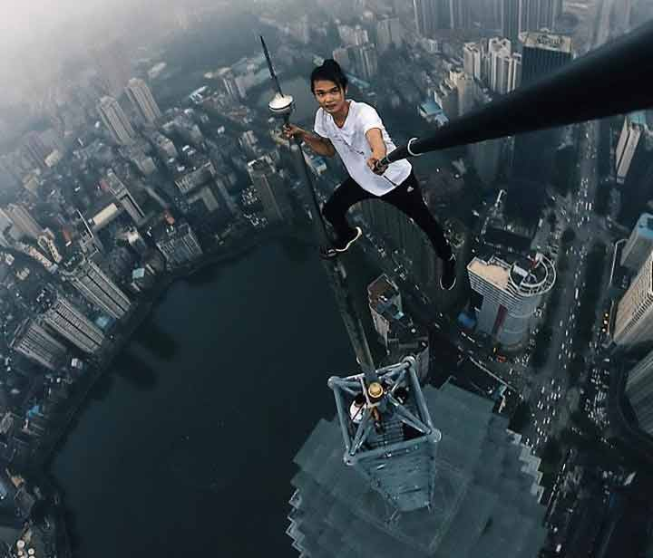 متهور صيني تنتهي حياته من ارتفاع 62 طابق