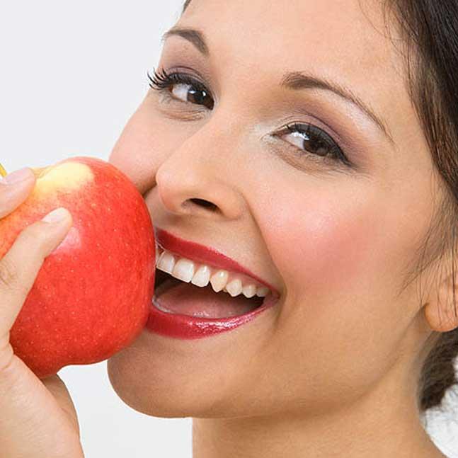 ممارسات غذائية تضر اللثة والأسنان