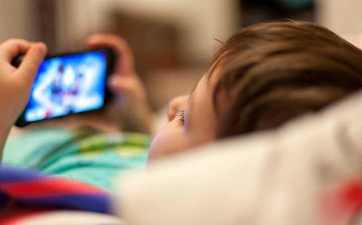 إحذري إعطاء طفلك هاتفك المحمول للعب أو مشاهدة الفيديوهات ما دون سن الثالثة