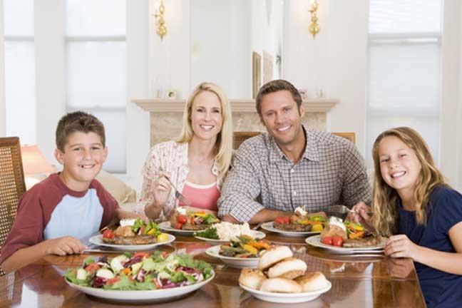 العلماء يفسرّون الوقت الأفضل لتناول العشاء لإنقاص الوزن