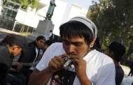 مكسيكيون يتعاطون الماريجوانا قرب مبنى مجلس الشيوخ