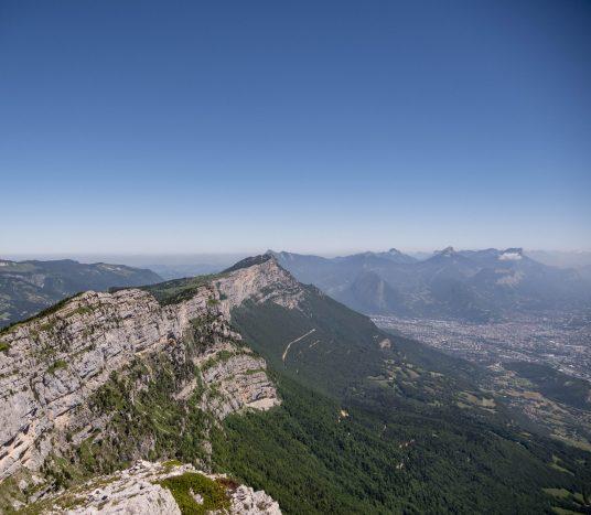 Une vue sur Grenoble, une partie du Vercors et la Chartreuse