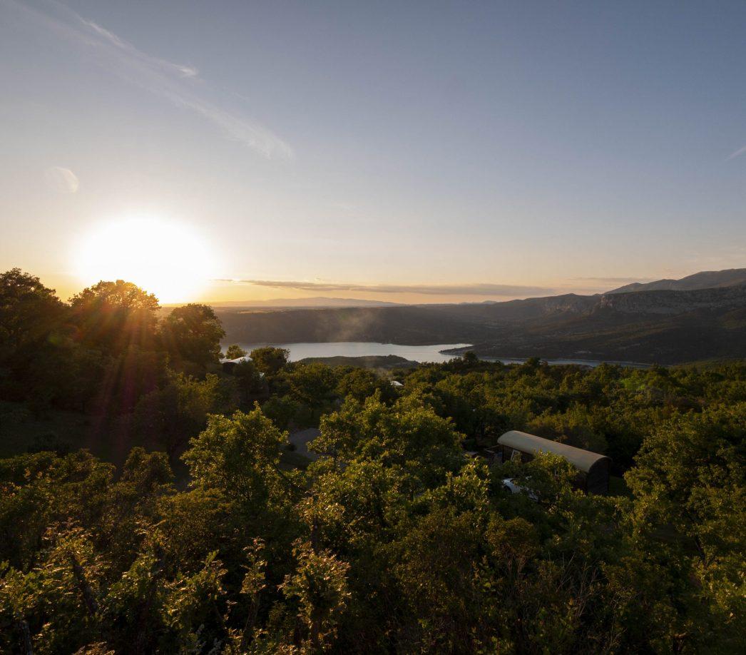 Un superbe coucher de soleil sur le lac de Sainte-Croix