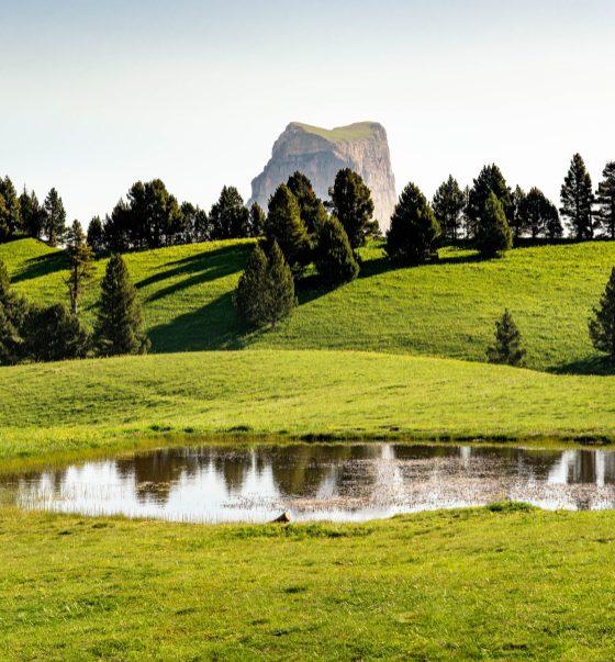 Petit lac avec le Mont Aiguille dans l'horizon