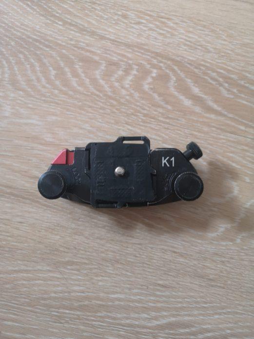 Le clip Fomito avec sa molette et son bouton pour libérer l'appareil photo