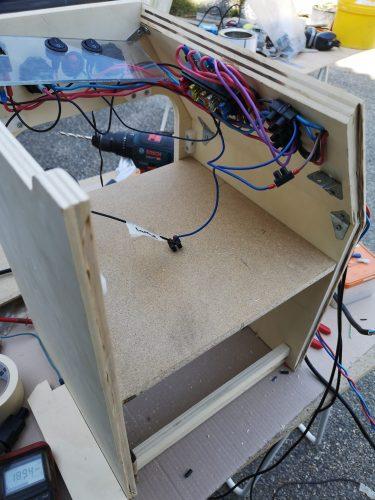 Installation électrique sur le meuble de cuisine pour rendre accessible les boutons de secours