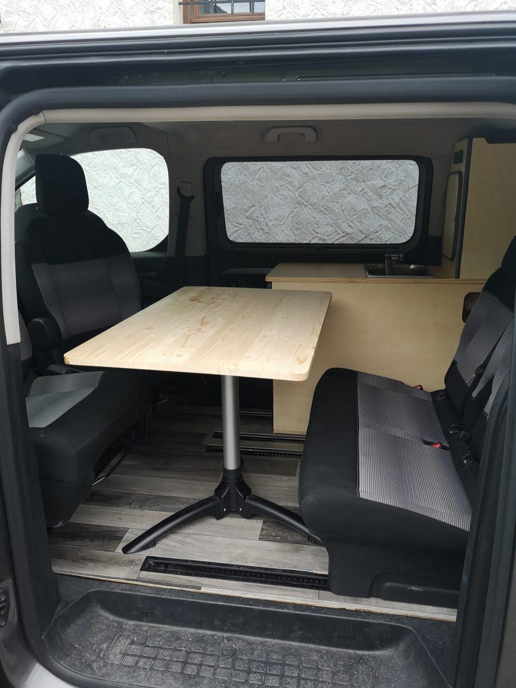Table intérieure une fois le van en place