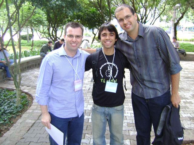 Eu, Luiz e Daniel: sorrindo à toa com o sucesso do evento