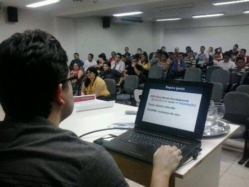 Ramon Rabelo apoiando a apresentação em meio ao auditório lotado