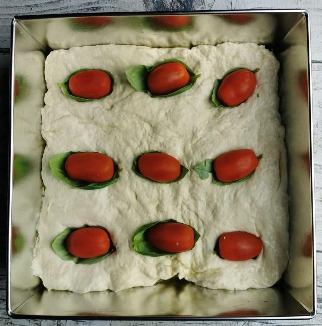 focacia z pomidorami i bazylia1