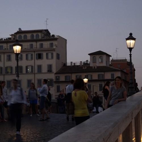 Sommerabend in Rom am Tiber. Tasteboykott.