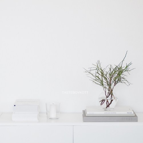 Schneller Dekotipp: Heidelbeerzweige als minimalistische, reduzierte, schlichte, modern-skandinavische Januardeko in weiß und hellgrau. Tasteboykott Wohnblog Wohninspiration.
