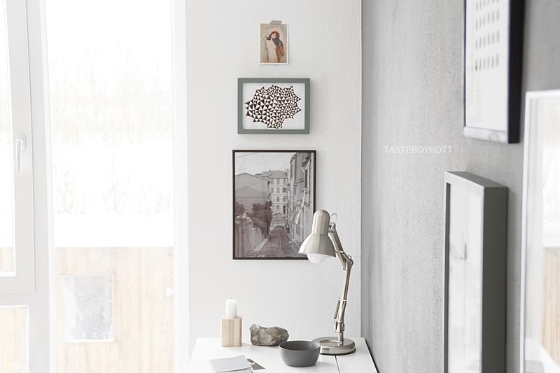 Wohntrend: Bilder übereinander hängen als moderne Wanddeko. Arbeitsplatz skandinavisch schlicht monochrom einrichten und dekorieren mit Kunst. Wohninspiration Tasteboykott Wohnblog Wohnideen.
