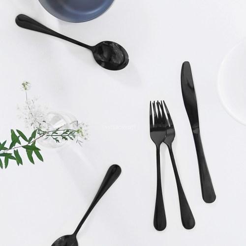 Schwarzes modernes Besteck als individuelle Tischdeko im skandinavischen Stil. Tisch dekorieren monochrom weiß grau schwarz Tischdeko Ideen Wohninspiration Tasteboykott Wohnblog.