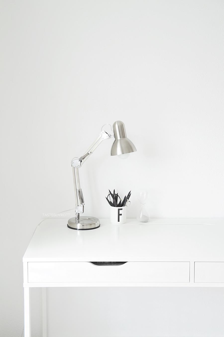 Schreibtisch Deko Arbeitsplatz in schwarz-weiß. Skandinavisch modern minimalistisch schlicht wohnen einrichten dekorieren. Wohnideen Dekoideen Wohninspiration Tasteboykott Wohnblog.