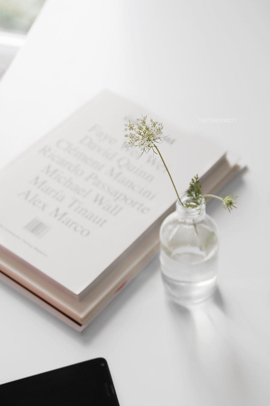 Weiße Wiesenblumen als moderne schlichte Sommerdeko. Dekoration skandinavisch minimalistisch Tasteboykott Wohnblog Wohninspiration