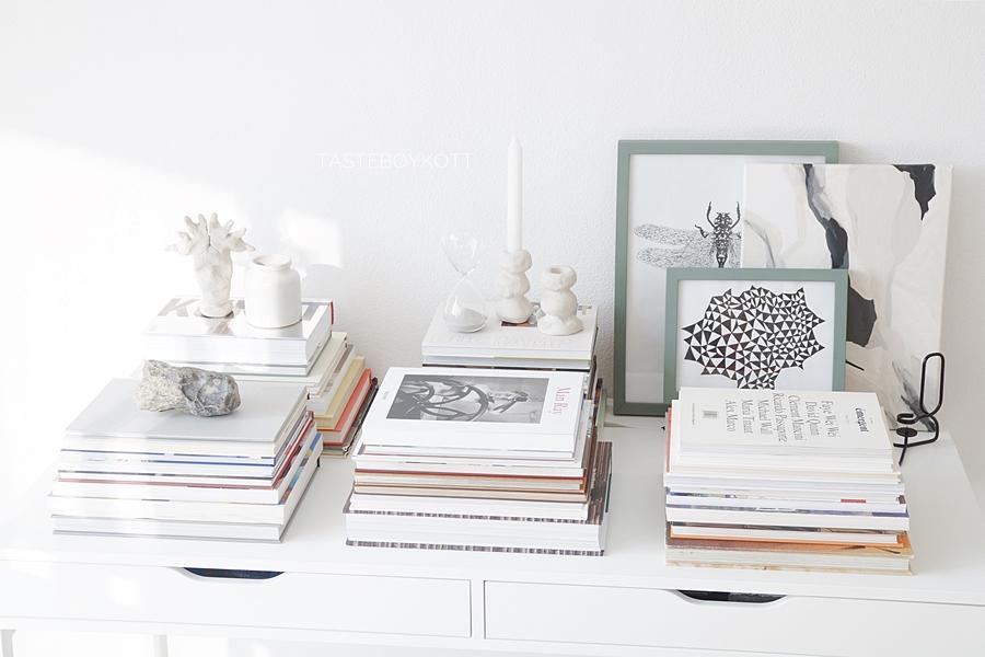 Schreibtisch dekorieren mit b cherstapeln tasteboykott for Schreibtisch dekorieren hochzeit