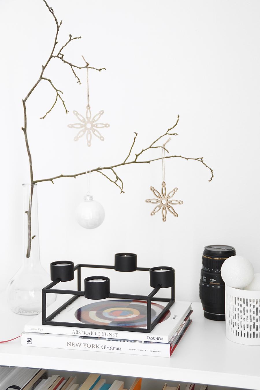 Weihnachtsdeko mit modernem Adventskranz/ Kerzenständer und Zweig