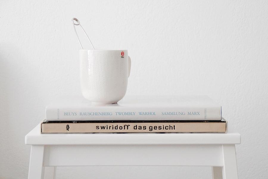 Kunstbücher vom Flohmarkt und Tee in der Adventszeit.