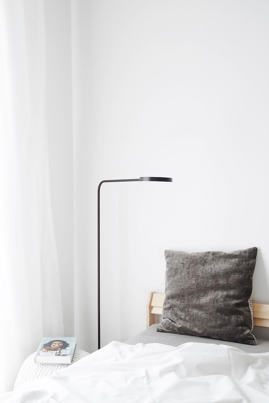 Schlafzimmer modern skandinavisch einrichten in schwarz-weiß-grau mit Ikea Holzbett und minimalistischer Stehleuchte