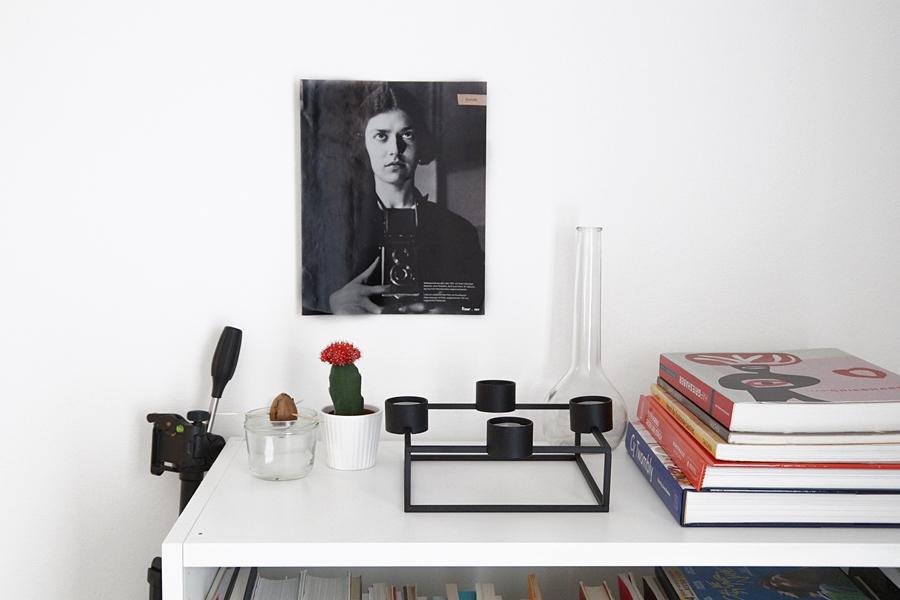 Minimalistische Deko in schwarz-weiß mit Bild, Kerzenständer, Kaktus und Büchern