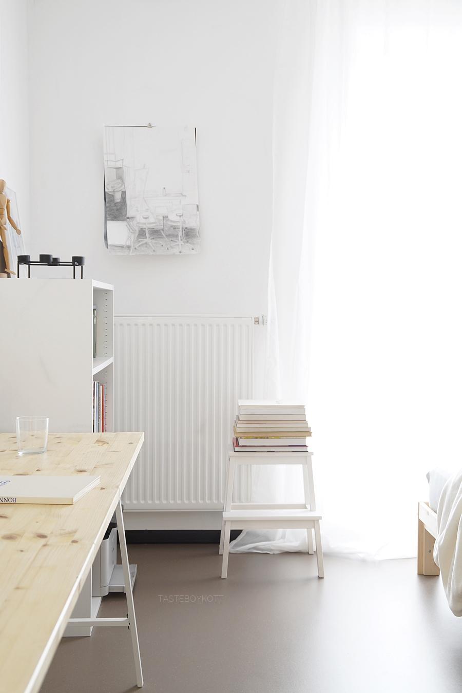 Wohnheimzimmer einrichten modern skandinavisch mit viel Weiß und Holz