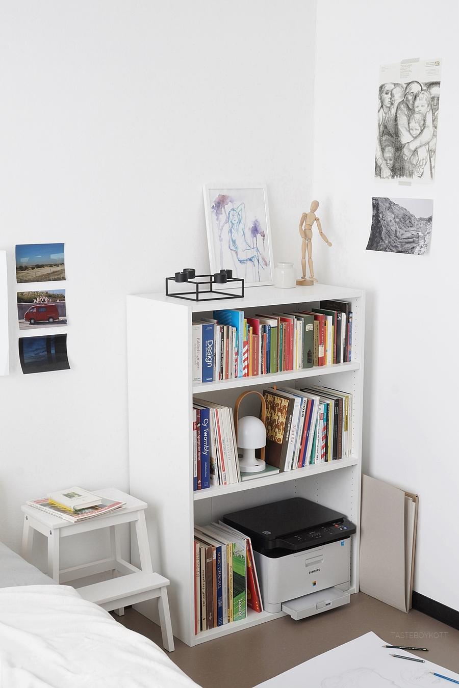 Weißes Bücherregal dekorieren, Studentenzimmer skandinavisch modern einrichten