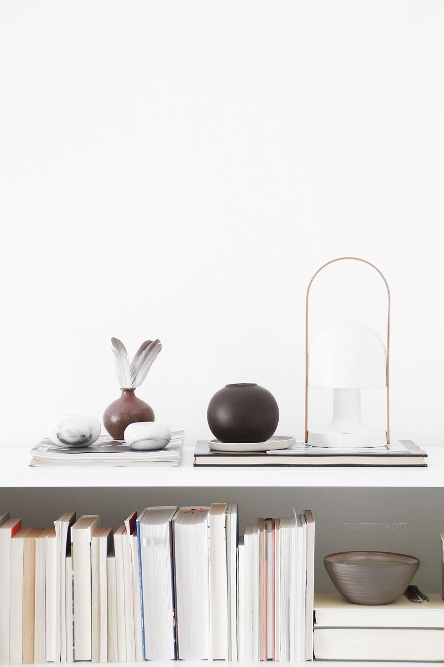 NEW IN: Vintage-Deko auf dem Bücherregal. Wohnideen Wohninspiration Tasteboykott Wohnblog.