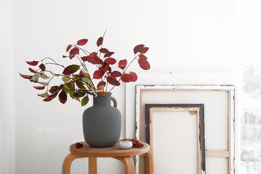 Schneller Dekotipp: Herbstliche Zweige. Rote Blätter Zweige Blumendeko als moderne einfache Herbstdeko in der Vase. Dekoideen, Wohninspiration Tasteboykott Wohnblog.
