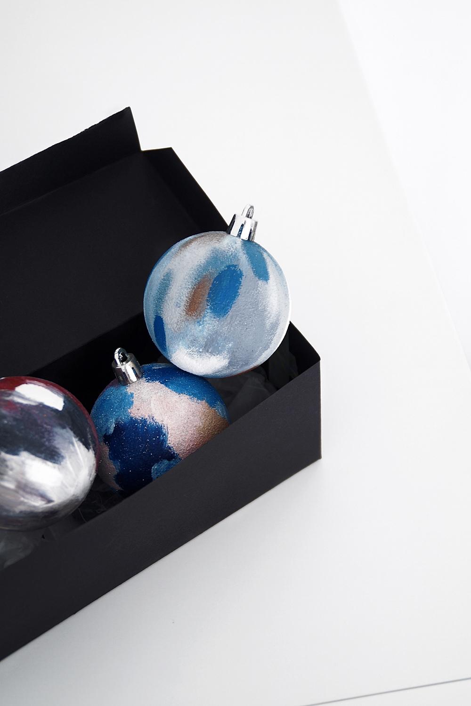 DIY-Ideen: Weihnachtsgeschenke selber machen: Weihnachtskugeln bemalen als Geschenkidee oder Weihnachtsdeko | Tasteboykott