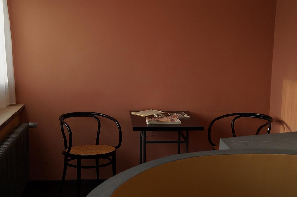 Neues Bauen: Die Weißenhofsiedlung in Stuttgart von 1927. Doppelhaus von Le Corbusier und Pierre Jeanneret. Interieur im Weißenhofmuseum: Treppenhaus und Wohnraum mit rekonstruierter Farbgestaltung. Architektur, Kunst und Design - Tasteboykott Blog.