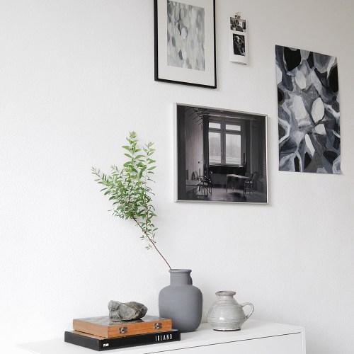 Bilderwand gestalten mit Kunst, Malerei und Fotografie in schwarz, weiß, grau. Moderne schlichte Wanddeko Dekoideen Wohnblog
