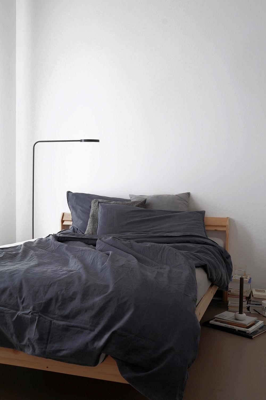 Minimalistisches Schlafzimmer mit dunkler Bettwäsche in Anthrazit modern einrichten und dekorieren
