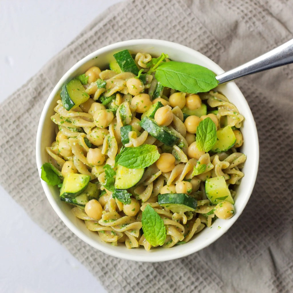 Easy VeGaN Pasta Salad with pesto and zucchini