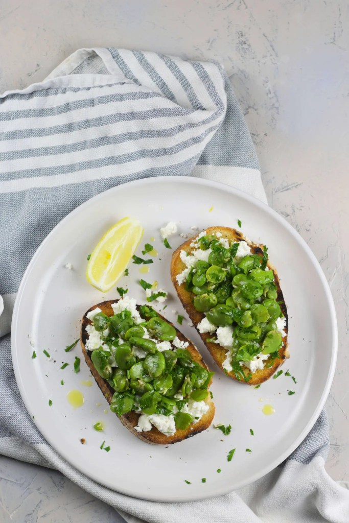Garlic toast with broad beans and goat cheese