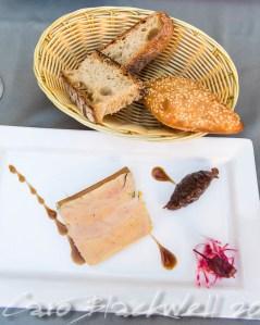 Foie gras de canard mi-cuit en terrine maison, confit d'oignons et vin rouge aux épices