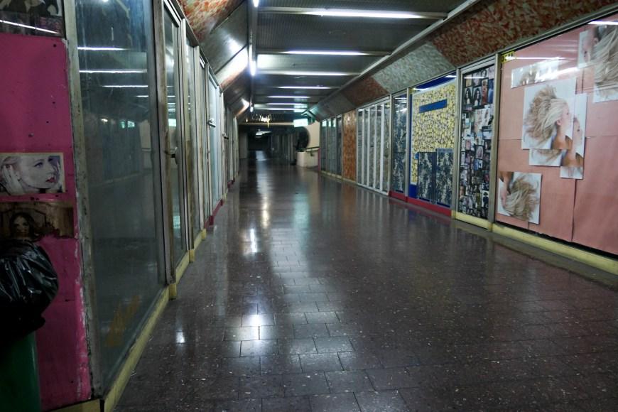 Etage, hvor alle butikker er lukket. Tel Aviv Central Bus Station