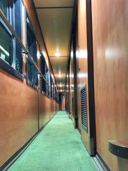 I hver ende af togvognen er der et toilet og et bruserum