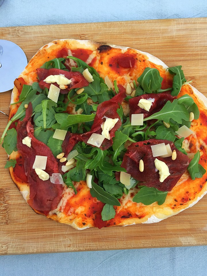 Pizza carpaccio van de BBQ
