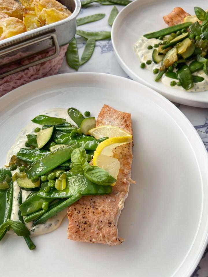 Zalm met groene groenten en kruiden