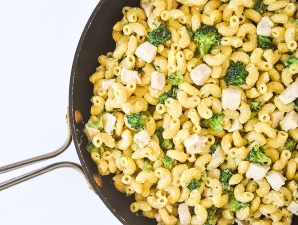 Skinny Chicken Broccoli Macaroni & Cheese - a lightened up version of the family favorite that doesn't sacrifice flavor or richness! | tastythin.com
